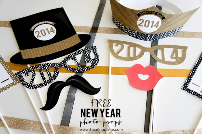Free Printable New Year's Photo Props on www.strawberrymomycakes.com #photoprops #newyears #freeprintables