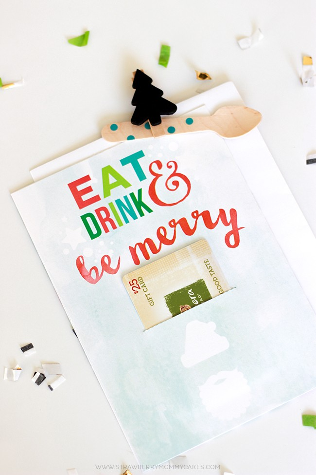 See how to Make a Christmas Gift Card Holder for a Foodie! This free printable is perfect for gift cards for restaurants!
