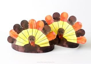 Download these FREE Printable Thanksgiving Turkey Crowns for the kids to enjoy! The kids will love putting these together and wearing them for Thanksgiving Dinner.
